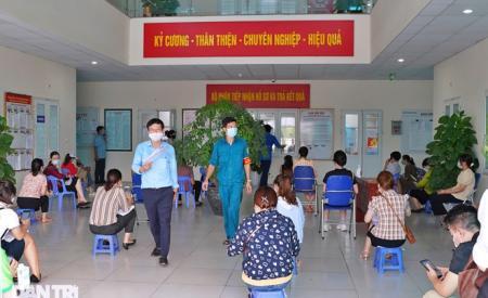 ha-noi-co-nguoi-xin-xac-nhan-giay-di-duong-vi-o-nha-chan-qua-352.html